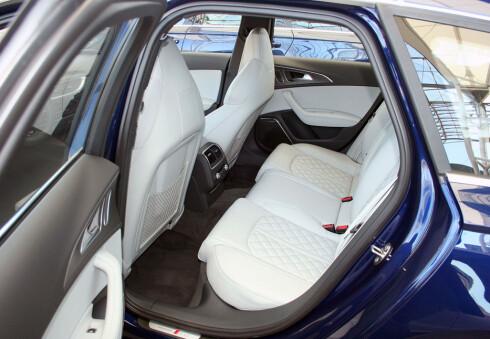 God plass og god komfort. Baksetene i Audi S6. Foto: Knut Moberg