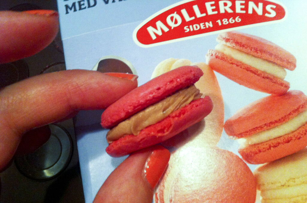 Det var ikke gjort i én håndvending, men makronene fra Møllerens ble (nesten) like fine som på pakken, om enn ikke like godt hevet. Foto: Elisabeth Dalseg
