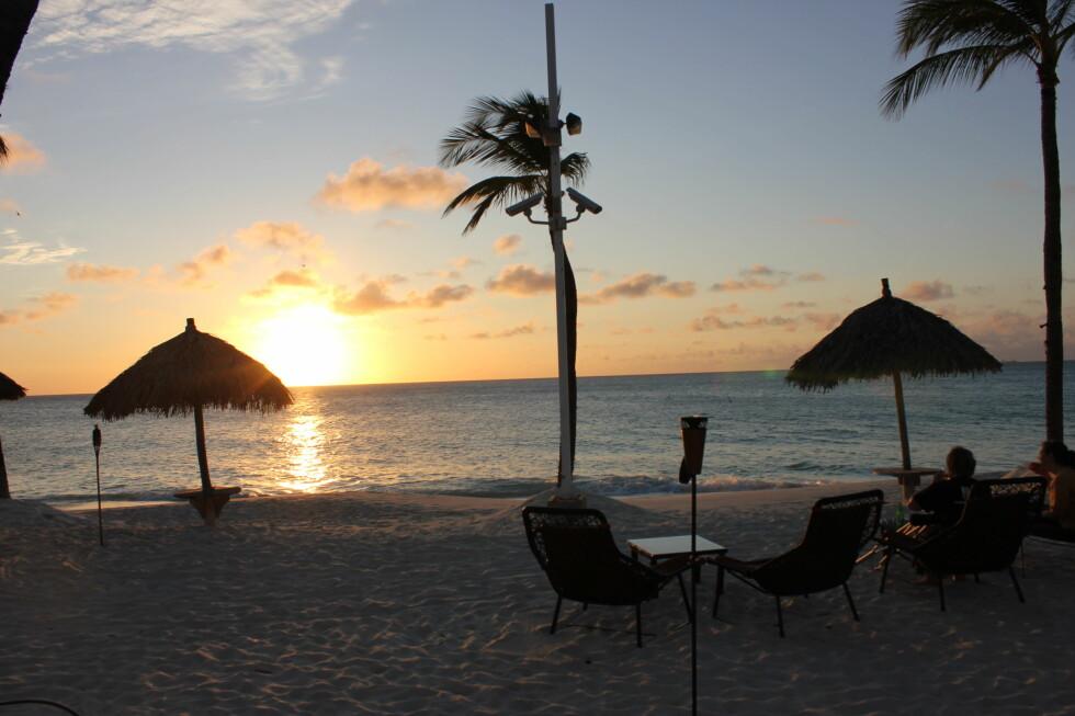 Når klokken er rundt 18.50 senker solen seg i havet, et must å få med seg. Nytes gjerne med en paraplydrink og godt selskap. Foto: Silje Ulveseth