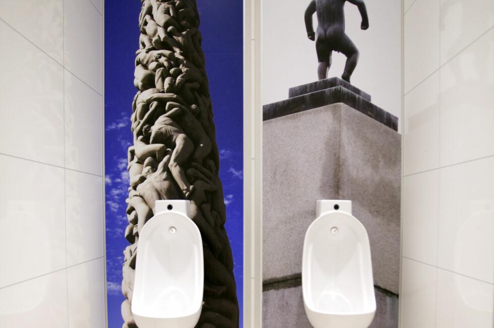 DETTE ER ET BENSINSTASJONS-TOALETT: Statoil tester ut nye toalettfasiliteter på utvalgte stasjoner på Østlandet, her fra Statoil Skøyen. Bildene på veggen vil variere fra statsjon til stasjon, og skal være av lokal art. Foto: Statoil