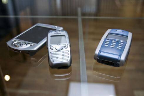 IKKE NOE NYTT: Mobiler og PDA-er med store skjermer var ikke noe nytt da iPhone kom til landet i 2008. Men Apple hadde løsninger, som muligheten til å bruke flere fingre, som gjorde iPhone unik likevel. Enhetene på bildet er fra 2003; fem år før iPhone.  Foto: Per Ervland