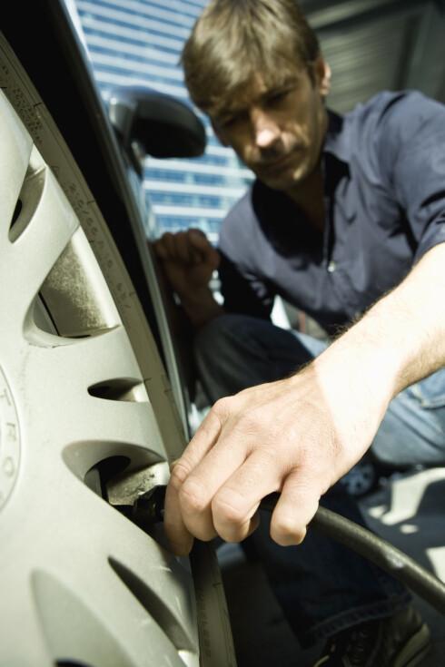FORT GJORT: Det tar ikke mer en ti minutter å stoppe på en bensinstasjon og måle lufttrykket.  Foto: Colourbox.com