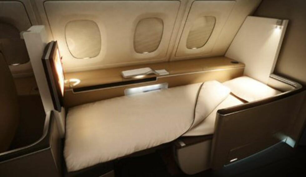 Blir man trøtt, er det bare å gjøre om setet til en helt flat seng. Foto: Lufthansa