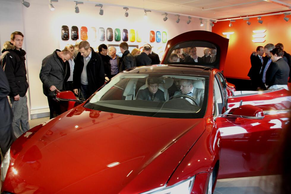 En innlånt Tesla Model S står i showrommet et par dager.