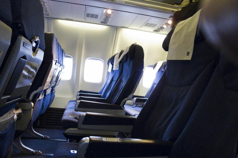 LYST PÅ BEDRE PLASS? Det kan være slitsomt å sitte som sild i tønner på en lang flyreise, derfor kan det være lurt å reservere det ytterste og det innerste setet neste gang du reiser sammen med noen. Foto: Per Ervland