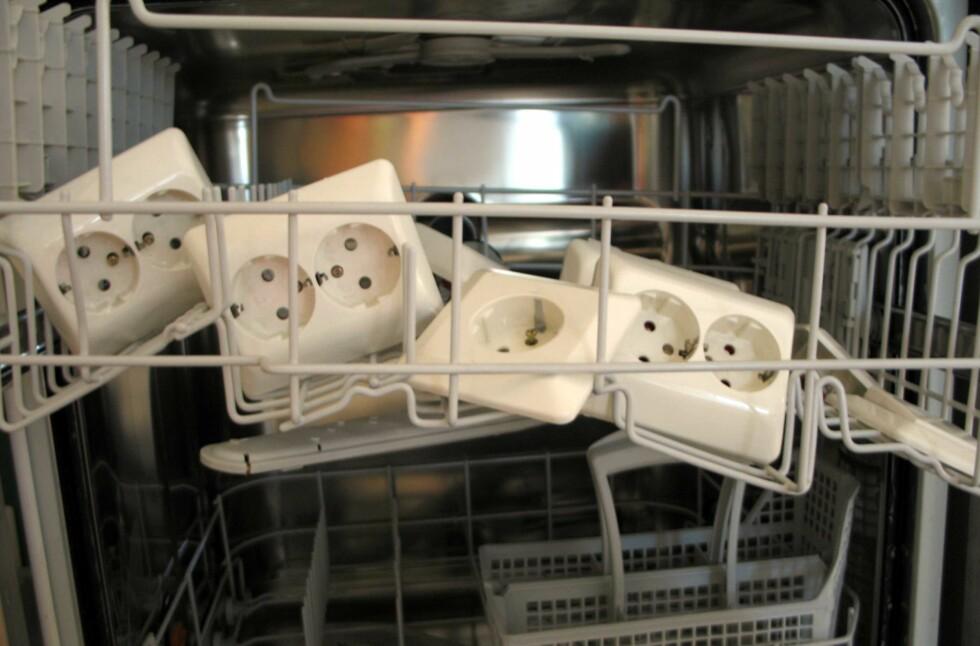 Neinei! Du kan putte mye i oppvaskmaskinen, men akkurat stikkontakter bør du holde langt unna.  Foto: Kristin Sørdal