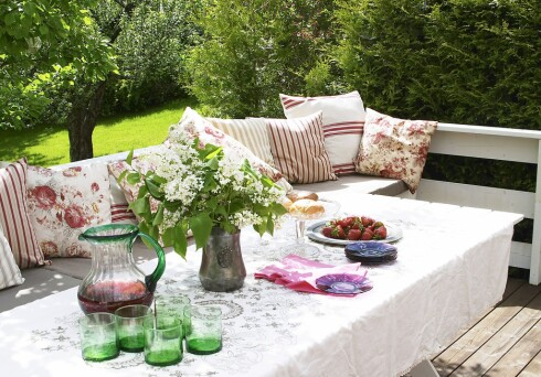 Møblene må gjerne være enkle, stemningen skaper du med tekstiler og tilbehør. Foto: Ifi.no