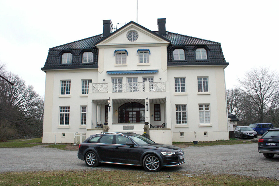 Standsmessig farkost: Audi A6 allroad quattro - her foran Baldersnäs Herrgård langt inne blant de midt-svenske skoger og innsjøer. Foto: Knut Moberg