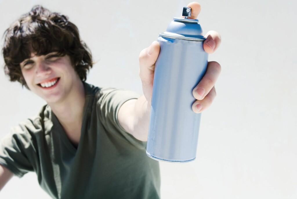 <b>SMART:</b> Hårspray egner seg til langt mer enn det det opprinnelig er ment til. Foto: Colourbox.com