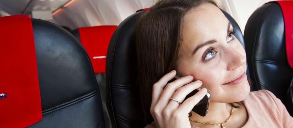 SKAPER FLYFORSINKELSER: Passasjerer som nekter å slå av elektronisk utstyr ved takeoff og landing, risikerer å bli bøtelagt. Slike situasjoner skaper ofte forsinkelser, som igjen koster flyselskap massevis av penger.  Foto: Per Ervland