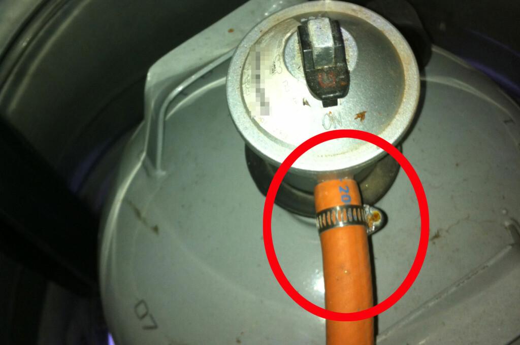 Både gasslange og kobling bør sjekkes for sprekker og lekkasjer før du starter grillsesongen. Og glem ikke annet gassdrevet utstyr, som varmelamper. Foto: KAROLINE BRUBÆK