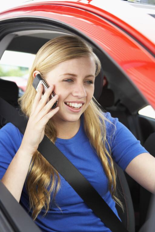 Jenter i tenårene bruker mobilen bak rattet dobbelt så ofte som guttene, viser den amerikanske studien. Foto: Colourbox