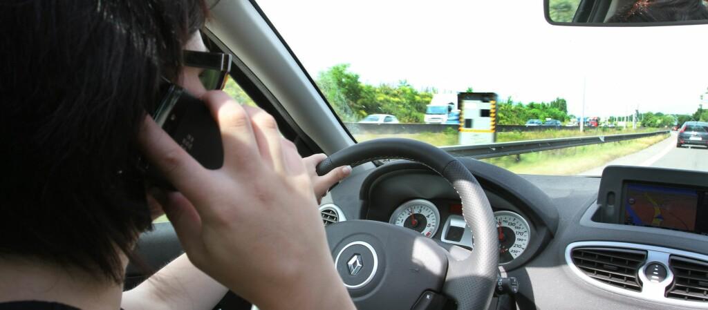 Jenter avsløres som langt ivrigere på mobilen i trafikken. Distraksjoner som kan føre til ulykker. Foto: Colourbox.com