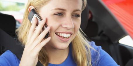 Jenter bruker mobilen dobbelt så mye