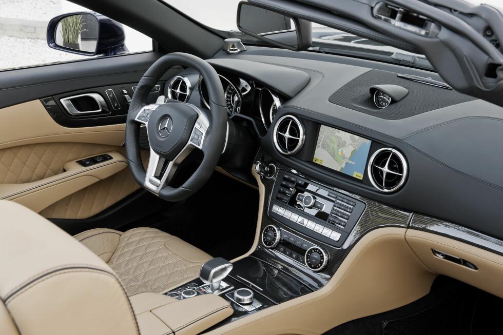 """Slik ser det ut inne i nye Mercedes SL 65 AMG. Bilen på bildene er lakkert i """"Designo mystikblau"""", Interiøret er i """"Designo sand"""". Foto: Mercedes-Benz"""