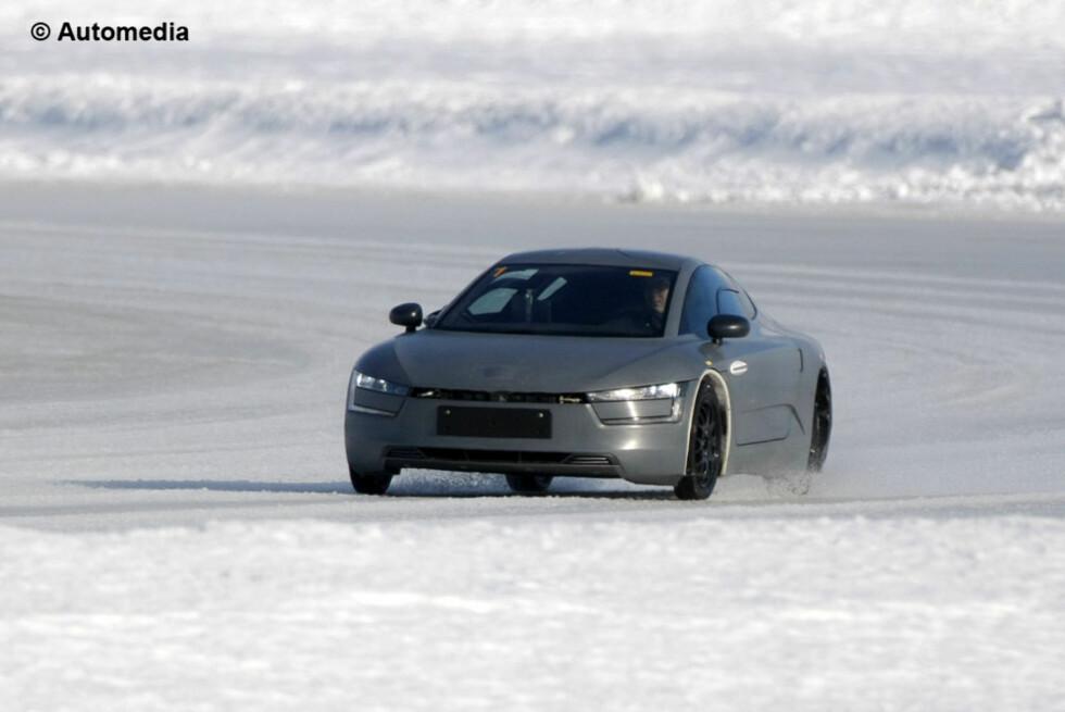 Her ser vi prototypen av VW XL1 under testing på en islagt innsjø. Den skal greie seg med 0,09 liter per mil drevet av en liten turbodiesel-motor. Foto: Automedia