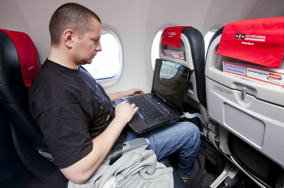 SITT SLIK ALLTID: Tidligere har man bare fått lov til å bruke PC-er, nettbrett og mobiler når man er oppe i luften. Snart kan du kanskje få lov også under takeoff og landing.  Foto: Per Ervland
