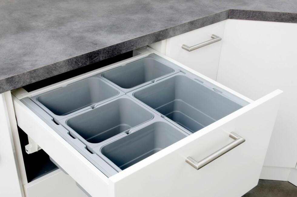 Smart: Med søppelsortering i øverste skuff, kan du bare børste søppelet ned i riktig beholder.  Foto: STRAI KJØKKEN OG BAD