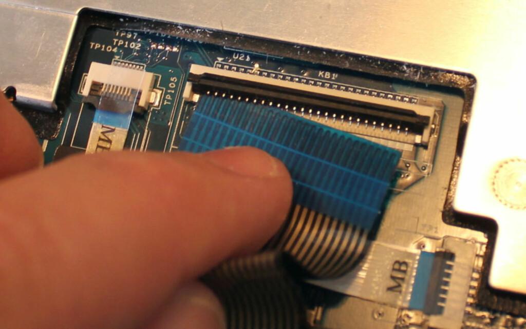 En tannpirker eller annen spiss gjenstand av plast eller tre er fin å bruke for å åpne kontaktlåsen.