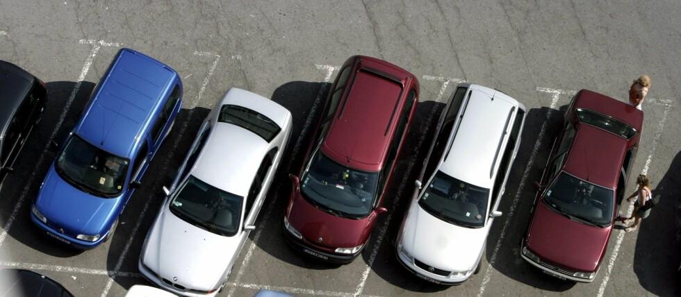 VRIENT: Å parkere på en tett parkeringsplass kan være vanskelig. Foto: Colourbox.com