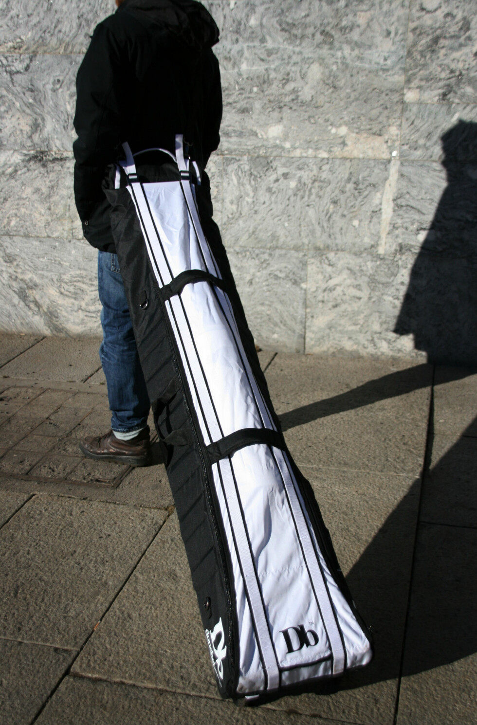 Douchebag har plassert hjul nederst på baggen slik at det er mulig å trille den etter seg. Foto: Sebastian Berg Hestvedt