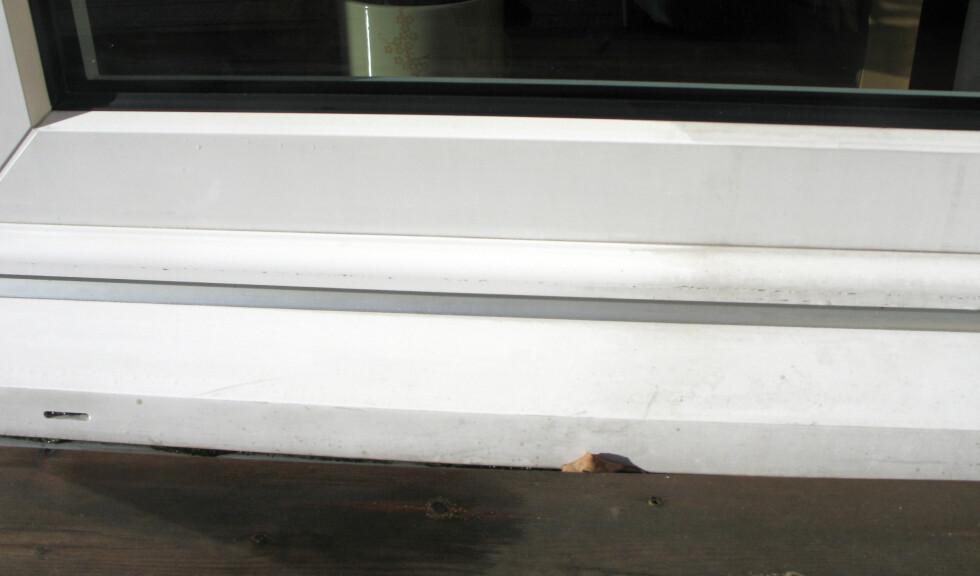Etter vask med Jif skurekrem på venstre side av karmen. Uvasket karm kan sees på høyre side av bildet. Foto: Kristin Sørdal