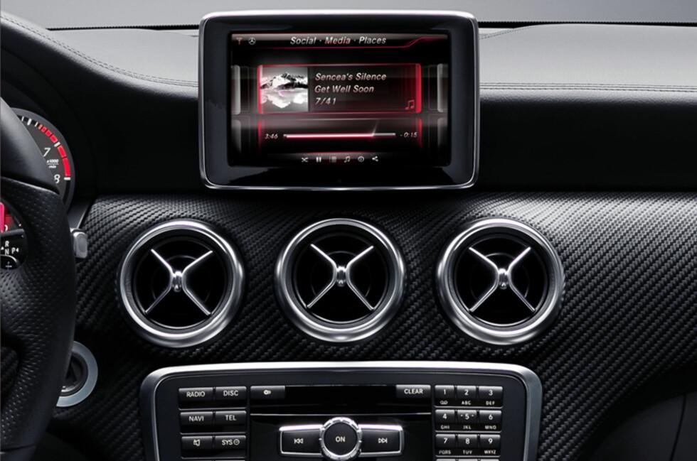 NYTT OG GAMMELT: Slik ser Mercedes nye og delvis iPhone-baserte informasjonssystem ut. Foreløpig er det bare nye A-klasse som får nyte godt av teknologien, men andre modeller vil få teknologien i løpet av 2012. Foto: Produsenten