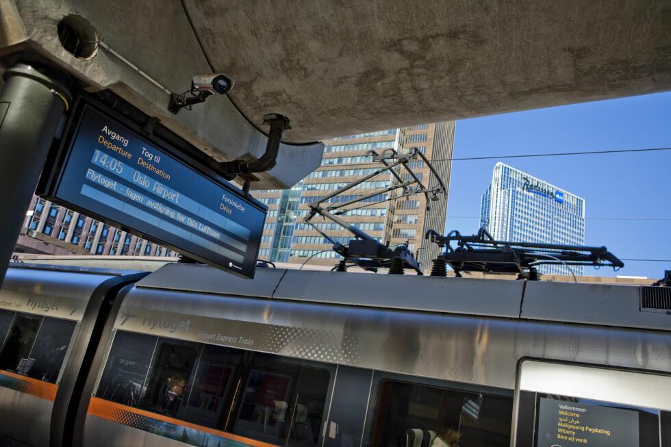FORSINKELSER I HELGEN: Kom 20 minutter tidligere enn planlagt, råder Flytoget. Hos Flytoget og NSB blir det buss for tog, noe som tar lengre tid enn normalt.  Foto: Per Ervland