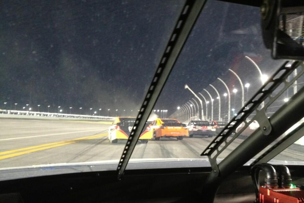 FULL STOPP: Mens brannslukkerne forsøkte å stoppe den voldsomme brannen i én av NASCAR-bilene, twitret en av førererne fra sin egen bil. Det fikk han oppmerksomhet for.