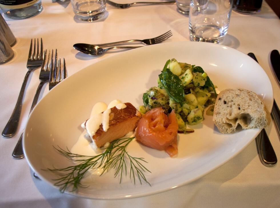 Laks i ulike former, akkompagnert av olivenbrød og potetsalat. Foto:  Sebastian Berg Hestvedt