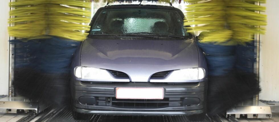 MASKINVASK IKKE GRUNDIG NOK: – Den beste vasken gjør du med høytrykkspyler og ikke i vaskemaskin, da den ikke er grundig nok i kroker og kriker, sier Engebretsen, om vasking av bilen vinterstid. Foto: colourbox.com