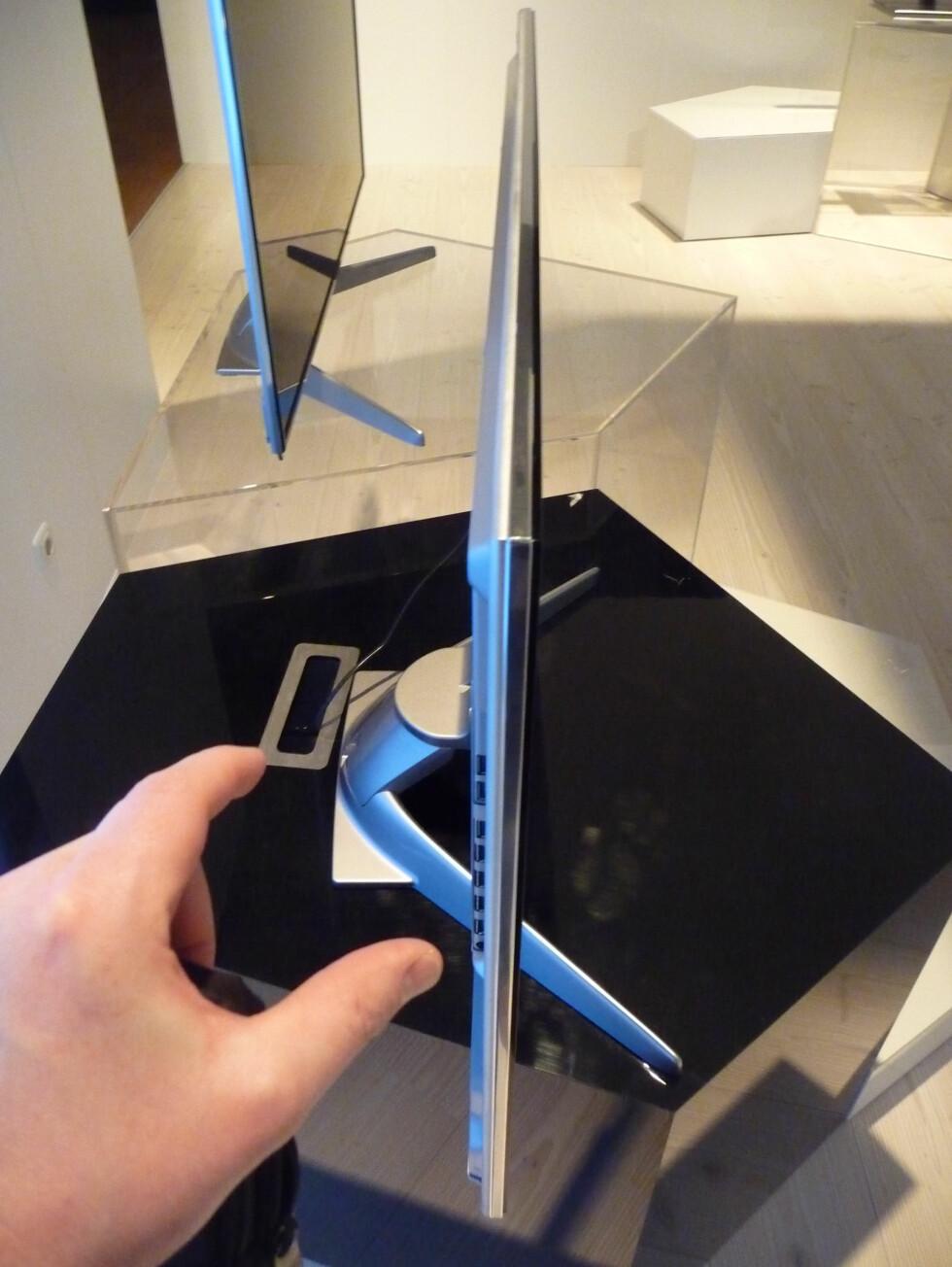 TV-foten bygger dog litt ut, vil du vise fram hvor slank TV-en er, bør du altså henge den på veggen. Foto: Øyvind P