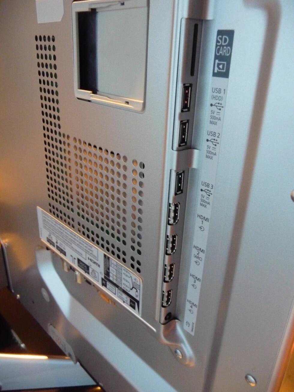 WT50 har flust av innganger: 4 HDMI og 3 USB. Foto: Øyvind P