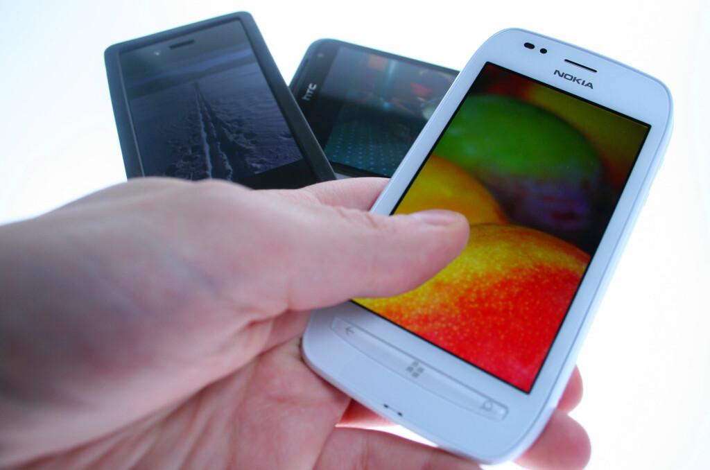 MYE FORSKJELLIG: iPhone 4S kjører Retina Display, HTC Titan har WVGA LCD mens Nokias nye Lumia 710 har ClearBlack-teknologi. Hva betyr alt dette egentlig?  Foto: Ole Petter Baugerød Stokke