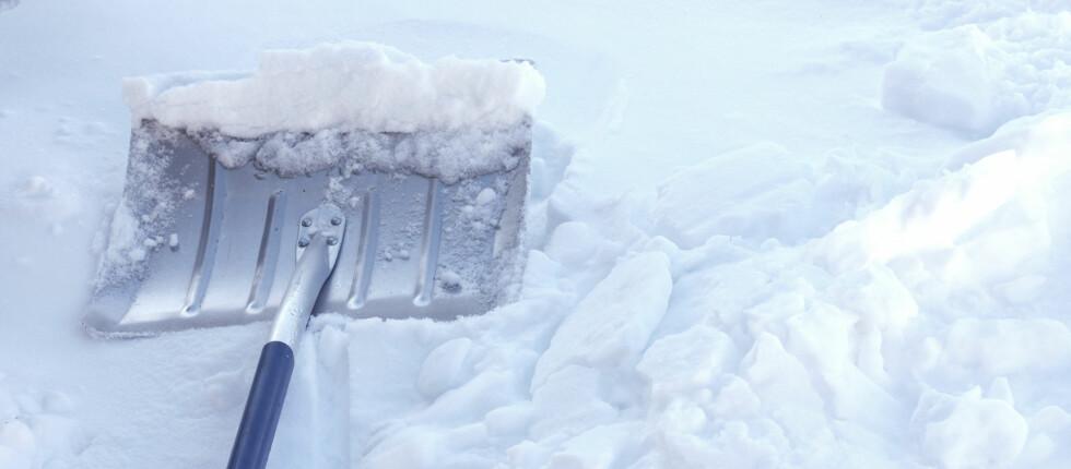 <strong>TUNGT:</strong> Snømåking blir ikke lettere når snøen kladder seg fast. Foto: Colourbox