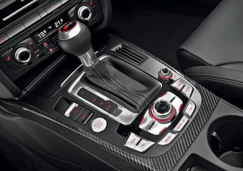 Klinisk sportslig, kan man kalle kommandosentralen i RS4 - her konsollen og S-Tronic girvelgeren.