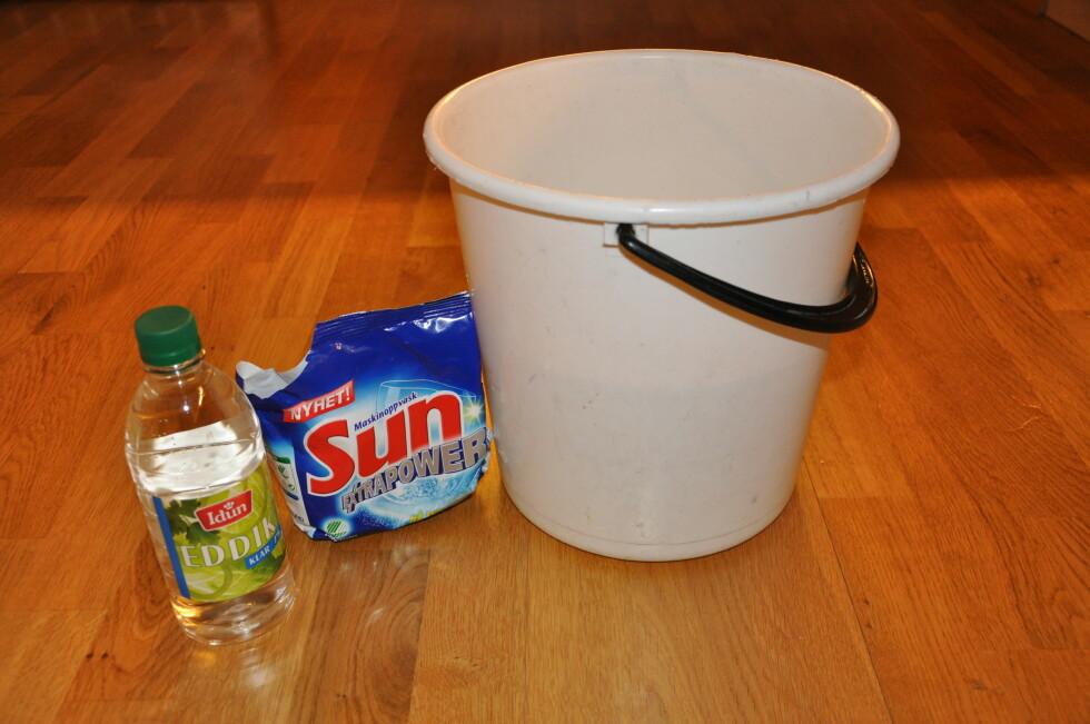Eddik og oppvaskmiddel skal  ta knekken på såperester og kalkbelegg, skal vi tro tipsene diverse nettforum. Foto: Stine Okkelmo
