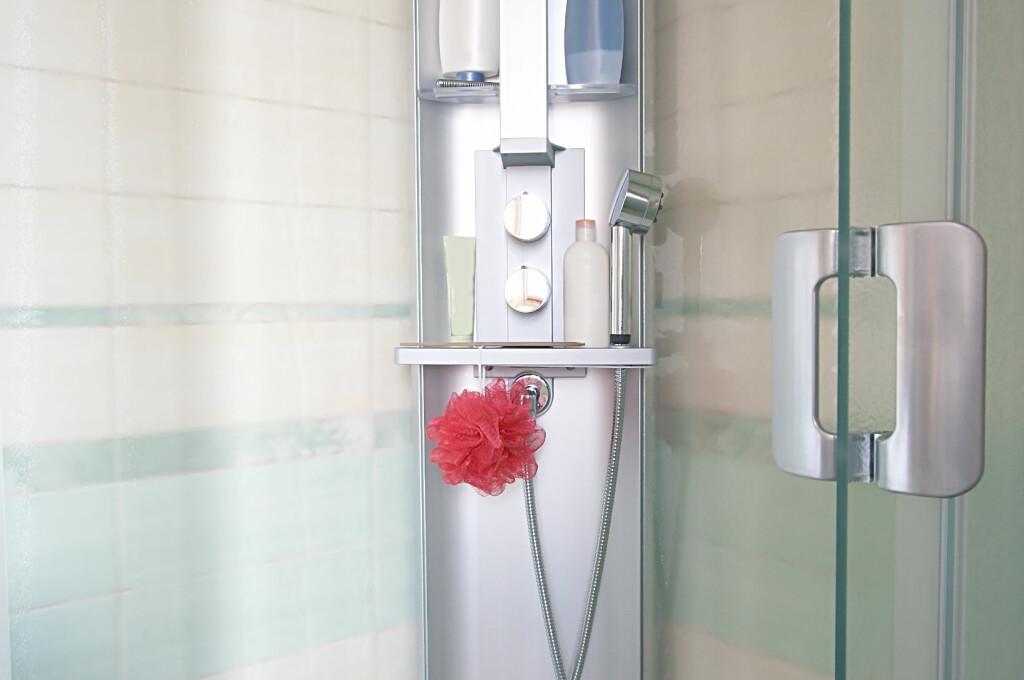 Idealet er å ha en gullende ren dusj - men det krever litt innsats. Foto: Colourbox