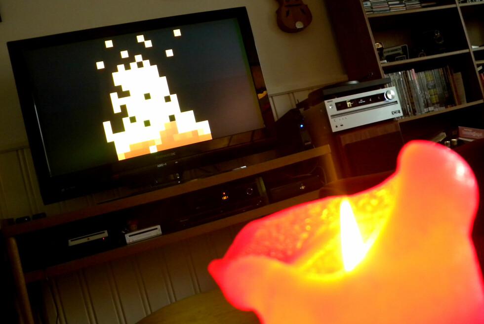 KOZ: Levende lys, falsk peis. Det nye digitale møter det analoge gamle. Og det er overraskende koselig.  Foto: Ole Petter Baugerød Stokke