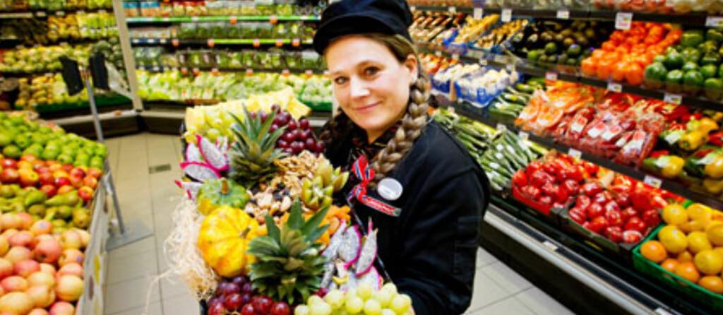 <b>LANDETS BESTE FRUKT OG GRØNT:</b> Linda Kallestad (avbildet) og hennes kolleger ved Eurospar Blomsterdalen, er kåret til å ha Norges beste frukt- og grøntavdeling av Opplysningskontoret for frukt og grønt. Foto: Europris