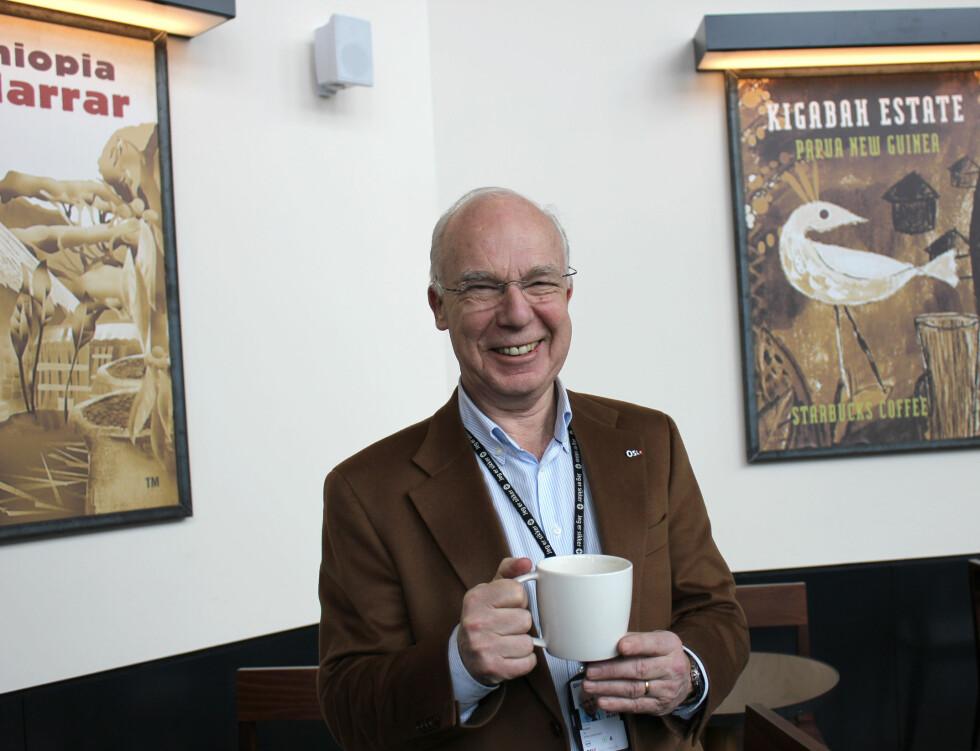 Tidligere informasjonssjef i OSL, Jo Kobro, nyter sin første kopp med Starbucks-kaffe. Foto: Silje Ulveseth