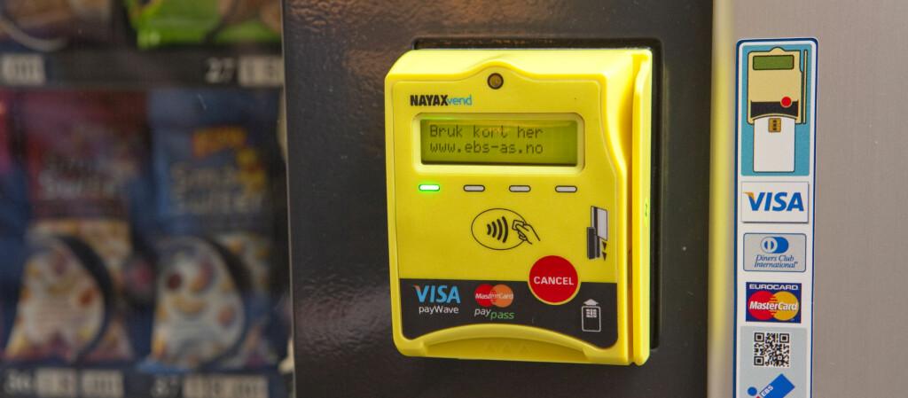 <b>På tide,</b> vil kanskje mange si. Nå tar salgsautomatene kort. Denne står på Oslo Kongressenter. Foto: Per Ervland