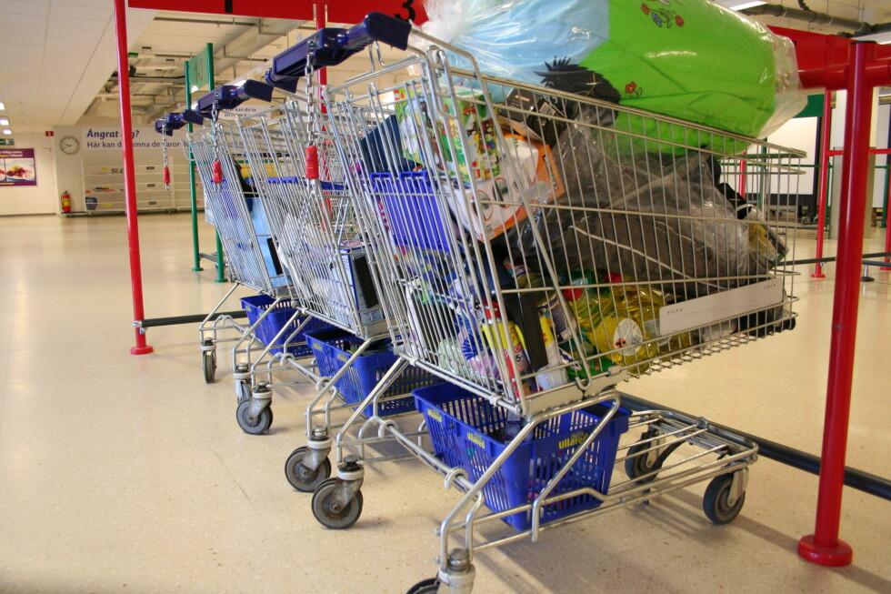 <strong>Gekås-trikset:</strong> De mest erfarne setter små handlekurver under handlevogna, så får de plass til mere varer. Foto: Kristin Sørdal