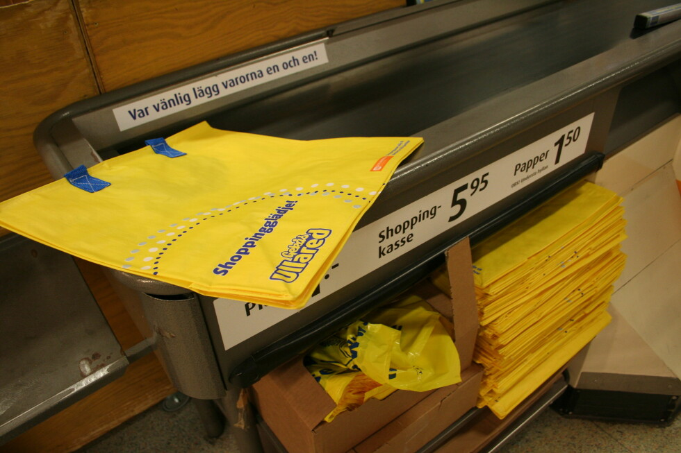 Disse gule bærenettene selger de 25.000 av hver dag. Foto: Kristin Sørdal