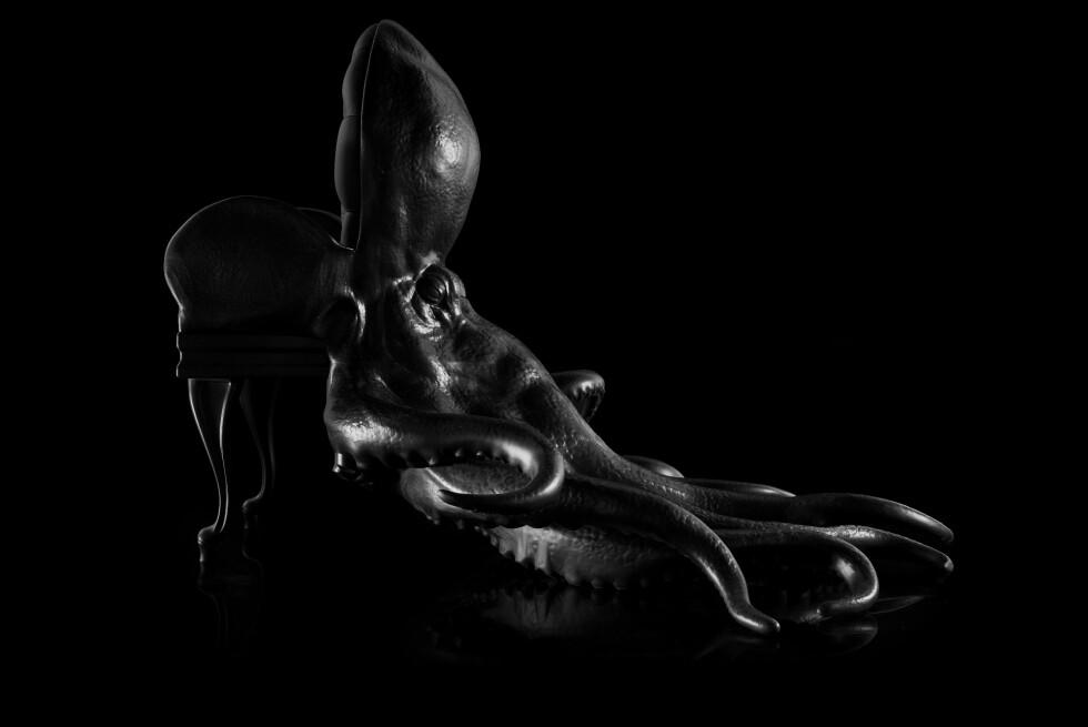 Octopus fra siden. En stol du nesten ikke tør snu ryggen til? Den hadde vært perfekt for noen av skurkene i gamle James Bond-filmer. Foto: Produsenten