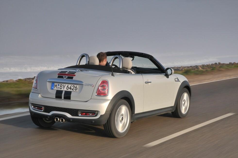 Taket på Mini Roadster ligger pent pakket bak veltebøylene. Våren er i anmars.