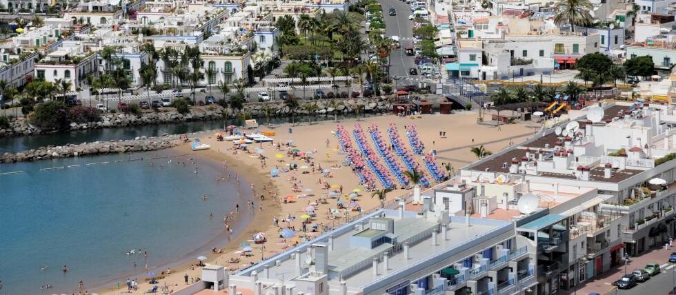 RØYKEFORBUD PÅ STRANDEN: Puerto de Mogan på Gran Canaria er et av badestedene som innfører røykeforbud på stranda. De er lei av å plukke sneiper. Foto: colourbox.com
