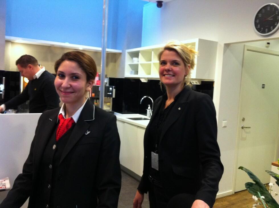 LOUNGE FOR TOGPASSASJERENE: Nina Fors (til høyre) og Imen Saidi ønsker velkommen til loungen for SJs togpassasjerer på sentralbanestasjonen i Gøteborg. Foto: Kristin Sørdal
