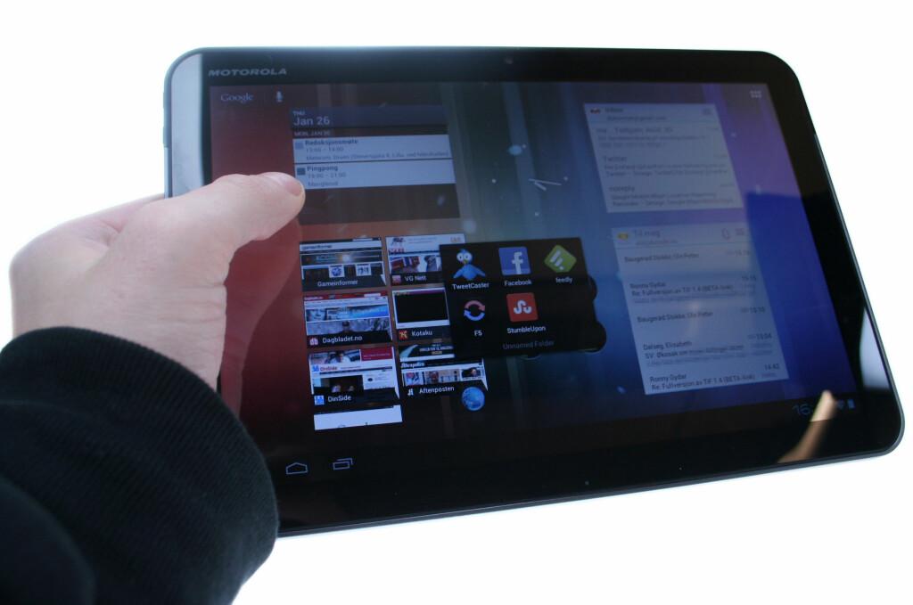"""HER ER DEN: Slik ser Android 4.0 """"Ice Cream Sandwich"""" ut på et nettbrett. Legg merke til det nye mappe-systemet.  Foto: Ole Petter Baugerød Stokke"""