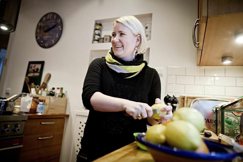 KNIVSKARPT: Helle Øder Valebrokk bruker mye sitrus i matlagingen. Hun elsker å lage mat og vant Hobbykokk-NM i fjor. Foto: NTBTema/Thomas Winje Øijord/Scanpix